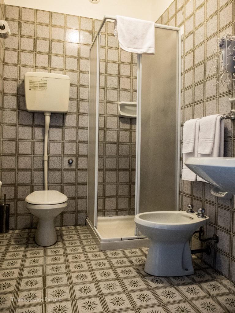 bagno con doccia hotel