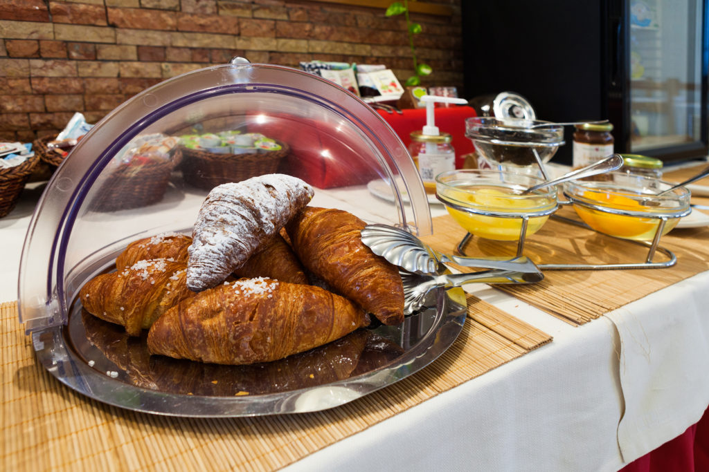 colazione buffet croissant